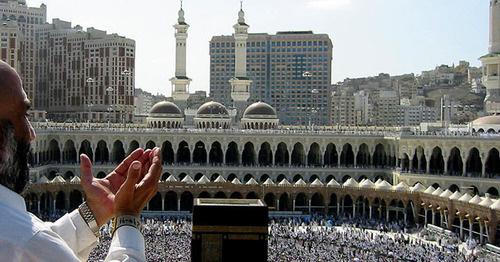 Молящийся у Масджид аль-Харам (мечети, построенной вокруг Каабы). Фото: Ali Mansuri https://ru.wikipedia.org/