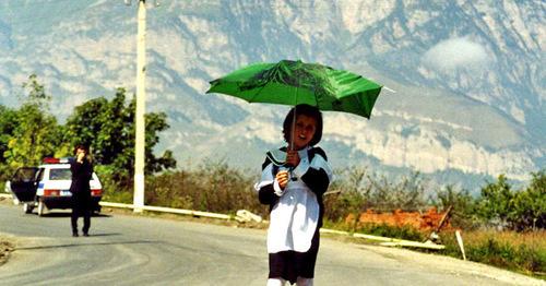 """Девочка идет в среднюю школу селения Джейрах. Ингушетия. Фото Татьяны Гантимуровой для """"Кавказского узла"""""""