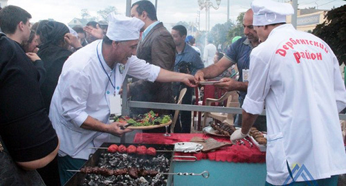 Участники команды рестораторов из Дербента. Фото: http://lezgi-yar.ru/news/v_derbente_grandiozno_proshel_festival_shashlyk_016_foto/2016-09-25-4794