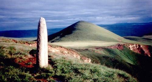a38cc9b08cf Менгир напротив горы Тузлук в Кабардино-Балкарии. Фото из отчета об  экспедиции 2005 года