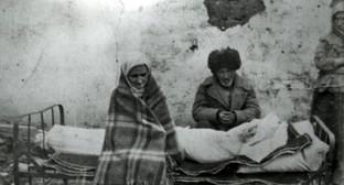 Ингушская семья Газдиевых у тела умершей дочери. Казахстан, 1944 год. Фото https://ru.wikipedia.org