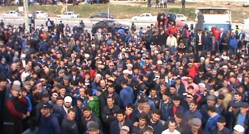 """Участники стачки дальнобойщиков в Дагестане. Скриншот из видео на канале """"Кавказского узла"""" в YouTube"""