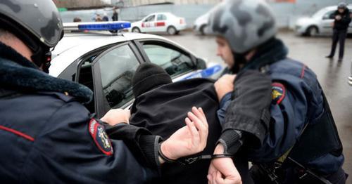 Сотрудники полиции во время задержания. Фото: Kiril Kalinikov (RFE/RL)
