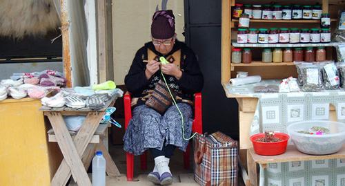 Жительница посёлка Домбай вяжет изделия на продажу Фото Лейлы Гочияевой