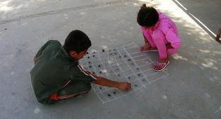 Детская игра. Фото http://kaspyinfo.ru/astrahanka-uznala-svoego-vnuka-na-video-o-bagdadskom-prijute/
