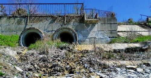 Сброс канализации в реку Озерейка. Фото http://bloknot-novorossiysk.ru
