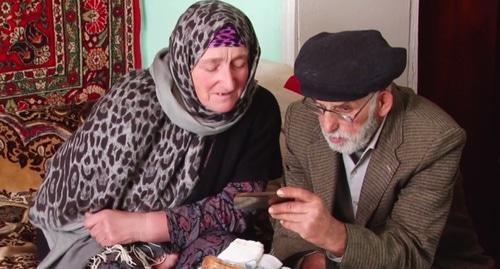 Пенсионеры Ахмед и Патимат, узнавшие внука на видео из багдадского приюта. Фото: скриншот видео https://russian.rt.com/russia/video/441847-eto-nash-vnuk-rt-razyskal-rodstvennikov-zaida