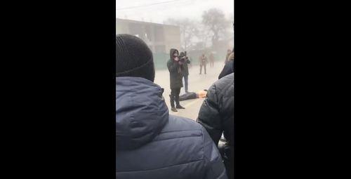Bildergebnis für Тело убитого в спецоперации брошено на площади чеченского села Источник: http://www.kavkaz-uzel.eu/articles/314693/ © Кавказский Узел