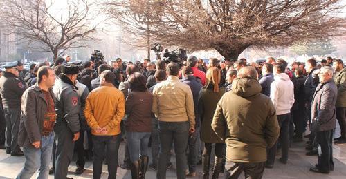 """Активисты """"Правого руля"""" потребовали встречи с премьером Армении"""
