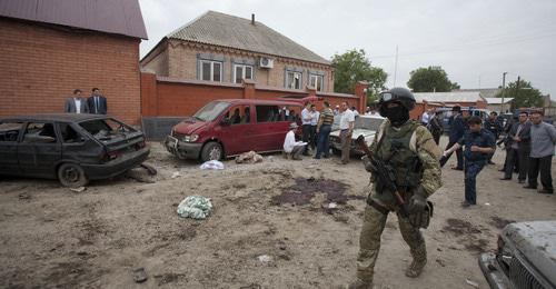 Сотрудник силовых структур на месте теракта. Малгобек, Ингушетия. Фото: REUTERS/Kazbek Basayev