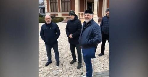 Шаа Турлаев (второй справа). Кадр из видео опубликованное Рамзаном Кадыровым пользователь Криминальная Россия 2017 https://www.youtube.com/watch?v=GQdn4SVG8s0