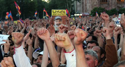 Протестующие вАрмении начали использовать против депутатов меры физического влияния