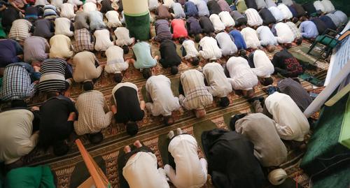 """Верующие во время молитвы. Фото Азиза Каримова для """"Кавказского узла"""""""