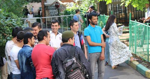 """Верующие общаются после праздничной молитвы. Фото Мурада Шихахмедова для """"Кавказского узла"""""""