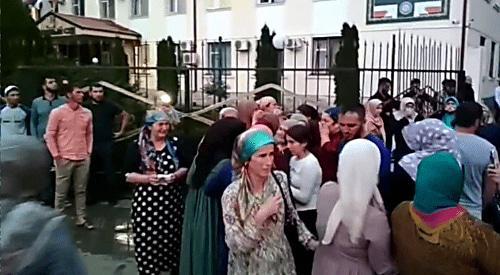 """Люди у здания суда. Фото: кадр видео, поступившего """"Кавказскому узлу""""."""
