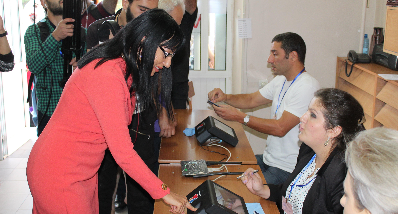 """Жительница Еревана голосует на избирательном участке. Фото Тиграна Петросяна для """"Кавказского узла"""""""