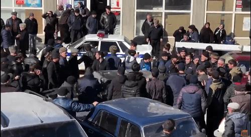 Жители села в Дагестане избили полицейских. И устроили шухер. (видео)