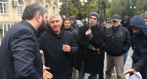 Протестующие против коррупции в Абхазии отказались покинуть площадь у парламента
