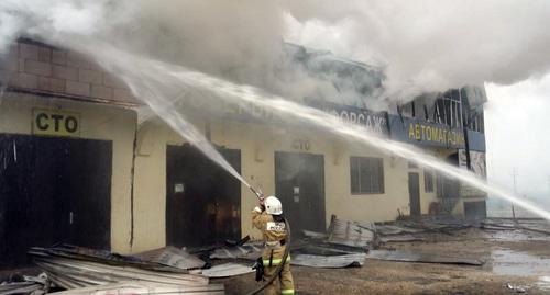Крупный пожар произошел на автозаправке в Дагестане