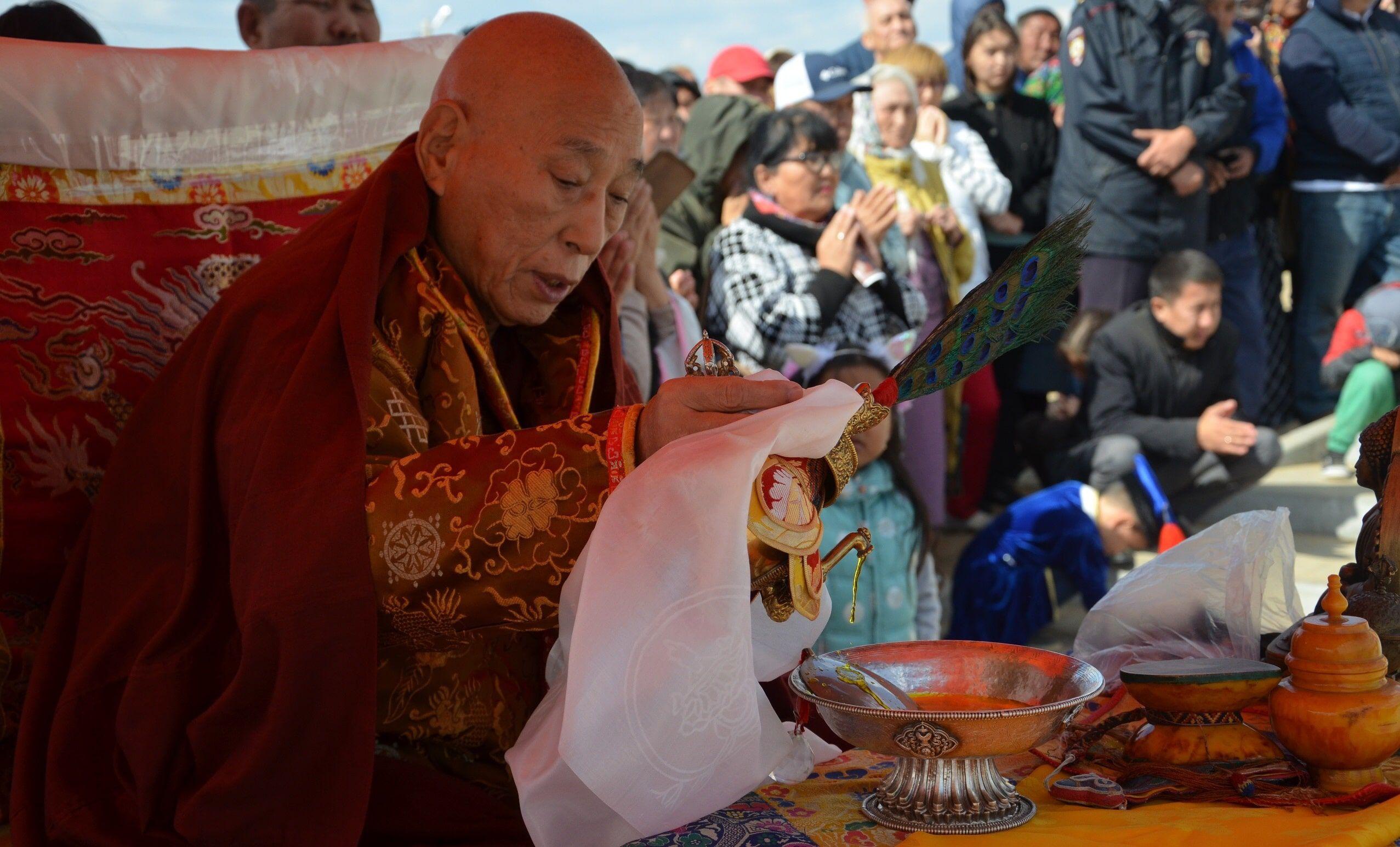 Буддийский монах Еше Лодой Ринпоче во время ритуала освящения статуи Будды Майтрейи в Лагани, 22 сентября.  Фото: пресс-служба Лаганского хурула