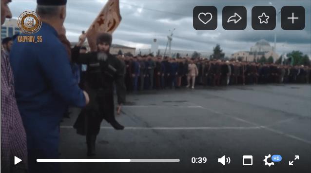 Бегущий с флагом муфтий Чечни Салах-хаджи Межиев. Скриншот видео https://vk.com/video279938622_456242329
