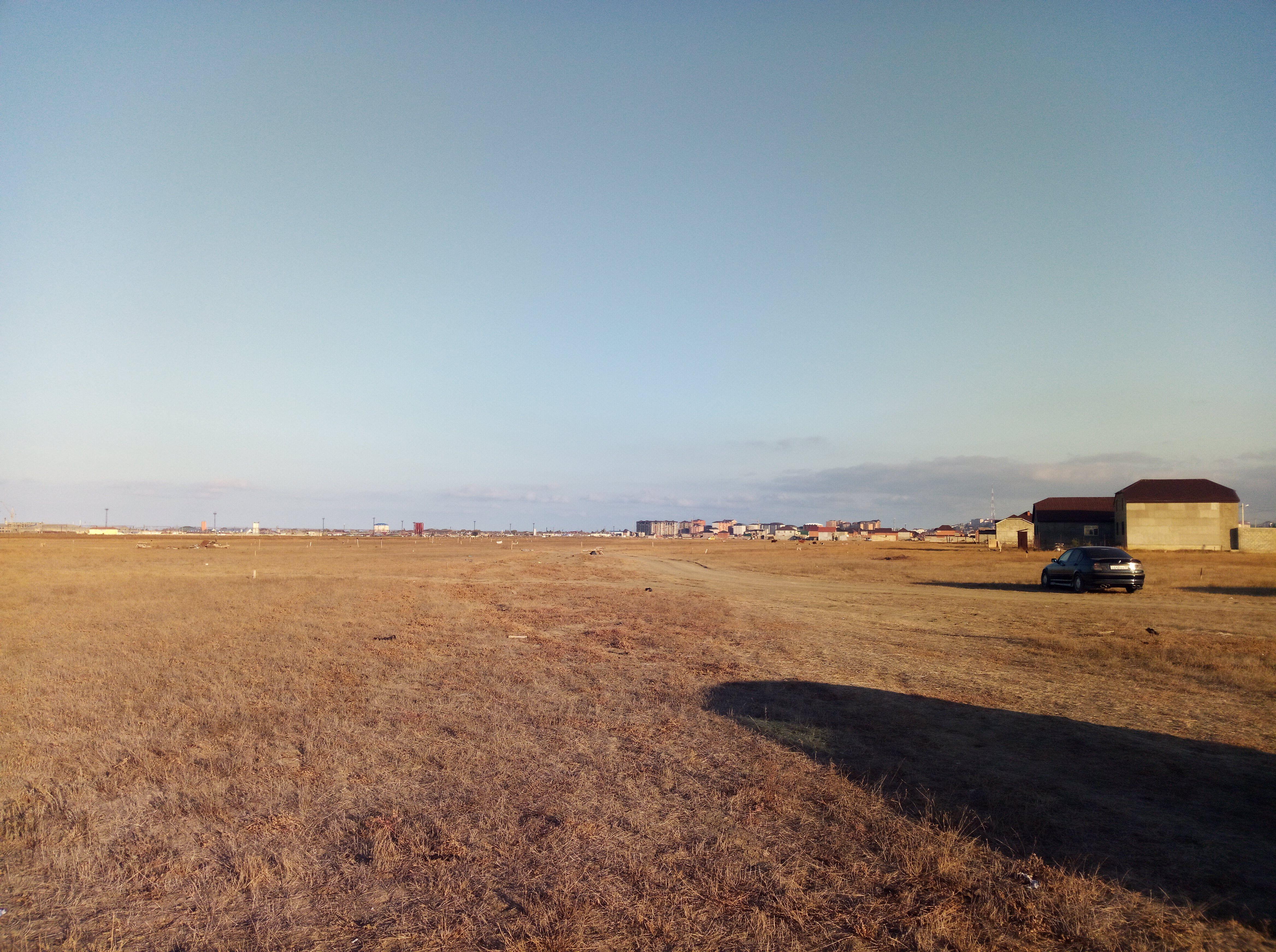 Поле в микрорайоне ДОСААФ, которое жители Альбурикента считают своими историческими землями. 25 октября 2019 года. Фото Расула Магомедова для «Кавказского узла»