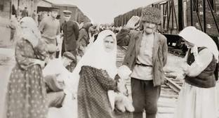 На вокзале. 1957 год Фрунзе. Жители села Юрт-Аух. Фото: Общественное достояние https://ru.wikipedia.org/