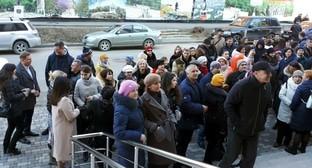 """Близкие и соверующие дагестанских Свидетелей Иеговы* начинают собираться около кассационного суда в Пятигорске. 26 февраля 2020 года. Фото Суат Абдуллаевой, предоставлено """"Кавказскому узлу"""" автором снимка."""