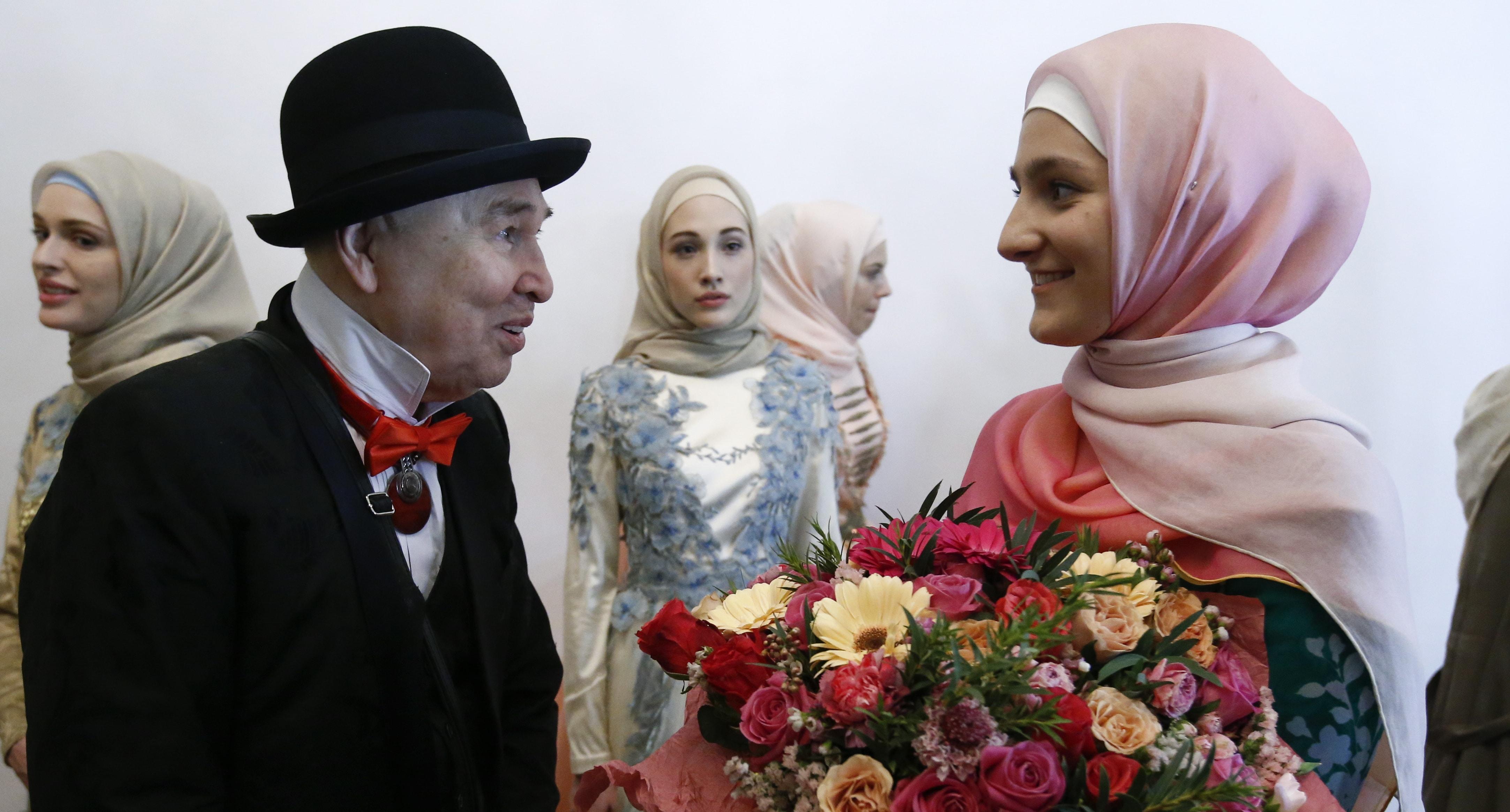 Дизайнер Слава Зайцев на встрече с дочерью Рамзана Кадырова Айшат. Фото: REUTERS/Sergei Karpukhin