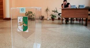 На избирательном участке в Абхазии. Фото: REUTERS/Kazbek Basaev