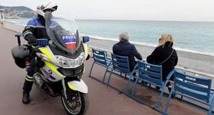 Французский полицейский патрулирует Английскую набережную в Ницце. Фото: Reuters/Eric Gaillard