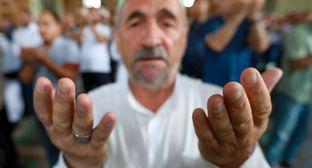 "Верующий в мечети. Фото Азиза Каримова для ""Кавказского узла"""