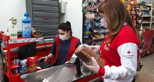 """Волонтер покупает продукты в магазине. Кабардино-Балкария, март 2020 года. Фото Залины Кушховой для """"Кавказского узла"""""""