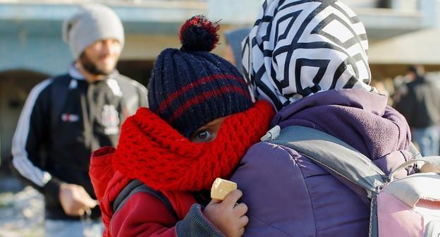 Женщина с ребенком, сбежавшие с территории вооруженного конфликта в Сирии. Фото: REUTERS/Huseyin Aldemir