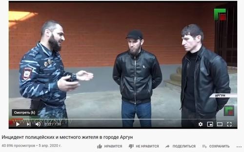 Представитель полиции Аргуна проводит беседу с избитым силовиками Исламом Тулаевым и его братом. Стоп-кадр видеорепортажа, опубликованного на странице ЧГТРК  Грозный  в YouTube.