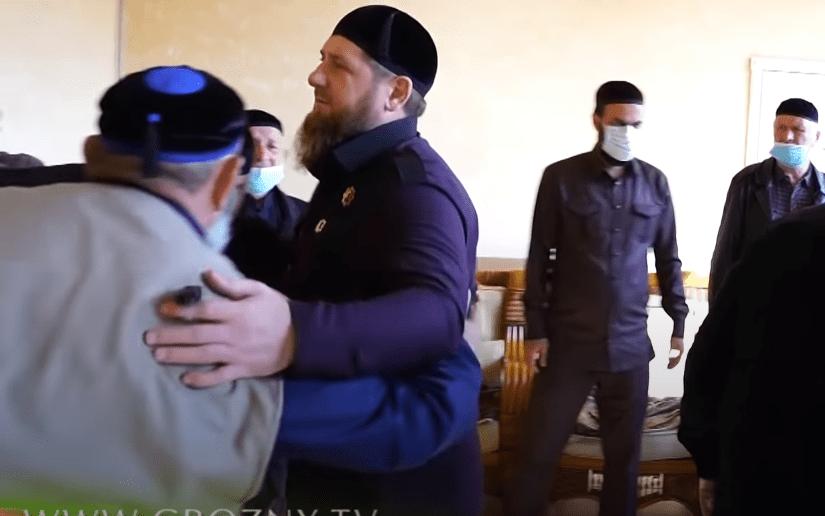 Рамзан Кадыров (второй слева) на тезете по депутату Госдумы Вахе Агаеву. Скриншот видео https://youtu.be/r2nYJ31nZmE.