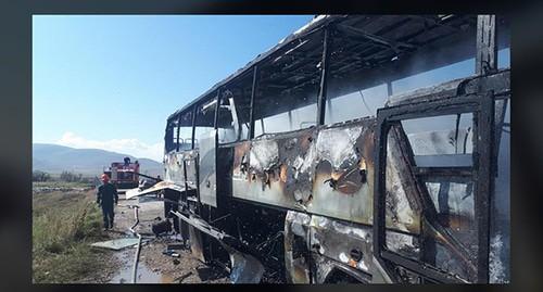 Обстрелянный гражданский автобус в городе Варденис. Скриншот https://www.facebook.com/gnelsanosyan7/posts/2759788650927750