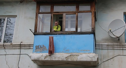 "Разрушенный балкон дома. Гуково, 29 октября 2020 г. Фото Вячеслава Прудникова для ""Кавказского узла"""