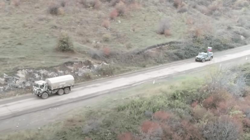 Азербайджанский транспорт в Нагорном Карабахе, сопровождаемый российскими миротворцами. Стоп-кадр видео https://youtu.be/5IhmwOYyZPA
