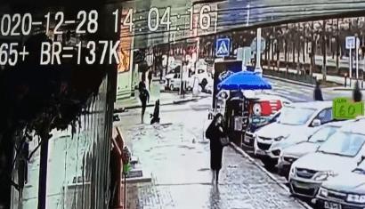Раненый силовик опустился на колени на пешеходном переходе. Стоп-кадр видео нападения на силовиков в Грозном 28 декабря. https://www.instagram.com/p/CJeTVvRK67x/