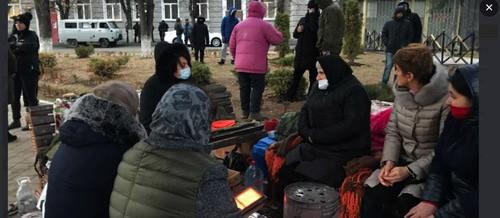 Круглосуточная акция протеста, организованная родственниками Инала Джабиева на центральной площади Цхинвала. Декабрь 2020 г. Скриншот https://www.ekhokavkaza.com/a/30989983.html