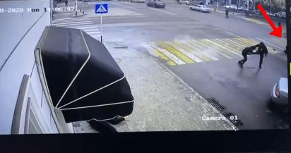 Кадр видеозаписи нападения на силовиков в Грозном 28 декабря 2020 года. https://www.instagram.com/p/CJeTVvRK67x/
