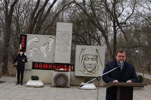 Глава Кизляра на траурном мероприятии в честь 25-летия со дня теракта. Фото с сайта мэрии Кизляра https://mo-kizlyar.ru/
