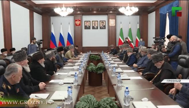 Встреча ингушских и чеченских тейпов в здании парламента Чечни 7 января 2021 года. Стоп-кадр видео https://www.instagram.com/p/CJypg7epIxu/
