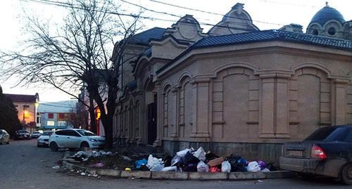 """Место для складирования мусора в частном секторе в центре Махачкалы по улице Некрасова. 25 января 2021 го. Фото Расула Магомедова для """"Кавказского узла"""""""