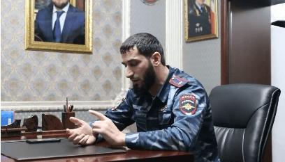 Глава ОВД по Гудермесскому району проводит беседу с тремя жителями Чечни. Стоп-кадр видео https://www.instagram.com/p/CLRRpZWqi35/
