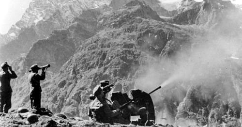 Огонь немецкой зенитной артиллерии, сентябрь 1942 года. Северный Кавказ. Фото: Bundesarchiv, Bild 146-1970-033-04 / CC-BY-SA https://ru.wikipedia.org