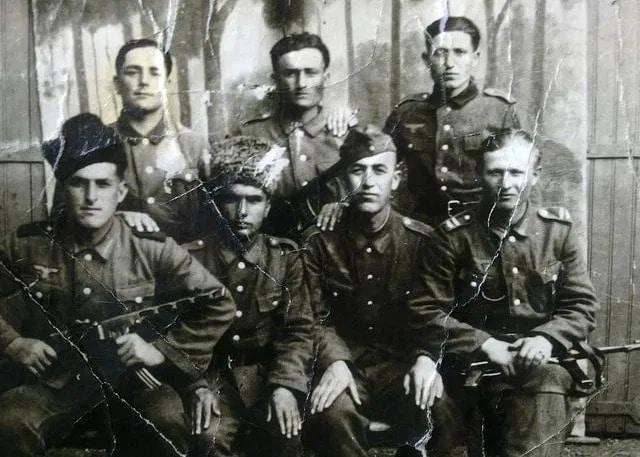 Группа диверсантов перед заброской с парашютом. Алдам Умаров, отец Апти Баталова – крайний справа, сидя. Фото из семейного архива, автор неизвестен.