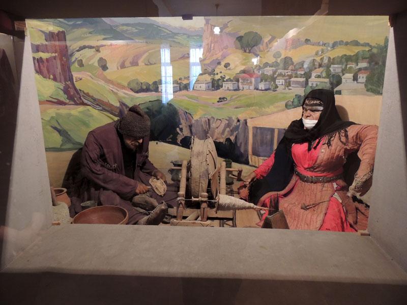 Макет. Традиционная карабахская семья. Бабушка делает нитки на веретене и илике. Дедушка шьёт карабахские чарыхи из свинной кожи