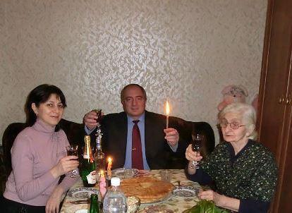 Алик с мамой и супругой
